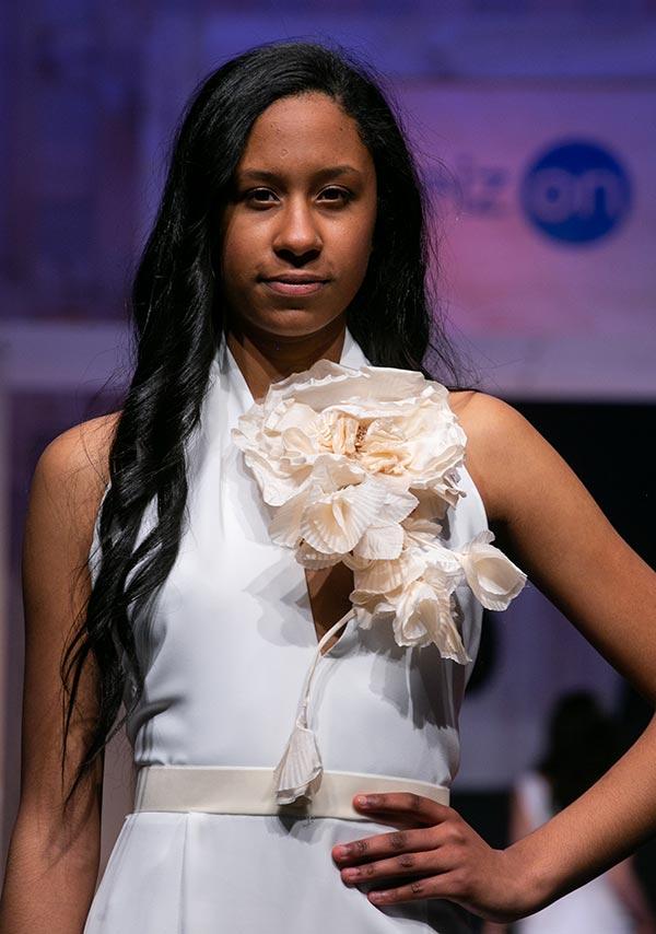 Vestido de novia con flor de seda